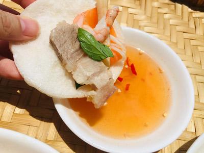 Bước 4: Cho ra đĩa thêm rau thơm và đậu phộng lên mặt, ăn kèm nước mắm chua ngọt và bánh phồng tôm