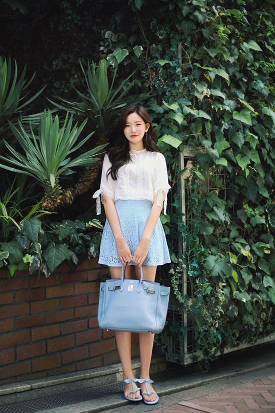 Nếu muốn tạo hình ảnh trẻ trung hơn thì các nàng có thể thay thế chân váy đen bằng các màu dịu mắt. Đơn cử như việc phối váy ren xanh cùng áo lụa trang trí vải ren.