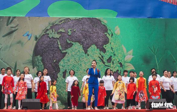 """Nữ ca sĩ Ái Phương cùng 100 bạn nhỏ, người dân hát vang ca khúc """"Như hòn bi xanh"""" mở đầu chương trình """"Ngày tử tế 2019"""" - Ảnh: NGUYỄN HIỀN"""
