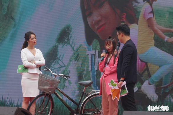 """Cô gái nhỏ nhắn - Thủy rác cùng chiếc xe đạp đã vượt qua hành trình nhặt rác xuyên Việt của mình cũng có mặt tại """"Ngày tử tế"""" - Ảnh: NGUYỄN HIỀN"""