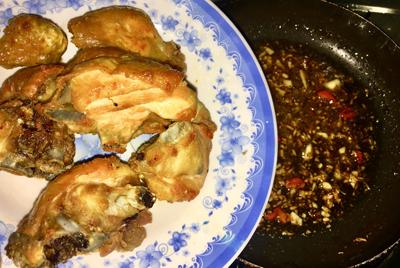 Bước 2: Bắc chảo phi tỏi thơm, cho ớt sừng cắt nhỏ vào, thêm phần nước mắm đã pha, đợi đến khi sệt lại, nếm lại vừa miệng. Đổ hết phần gà đã chiên vào đảo nhanh tay rồi bắc xuống.