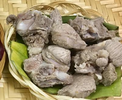 Bước 2: Đun nước sôi, cho xương vào, thêm ít muối, nước sôi lại cho các loại củ vào, để lửa nhỏ đến khi thịt và củ mềm.