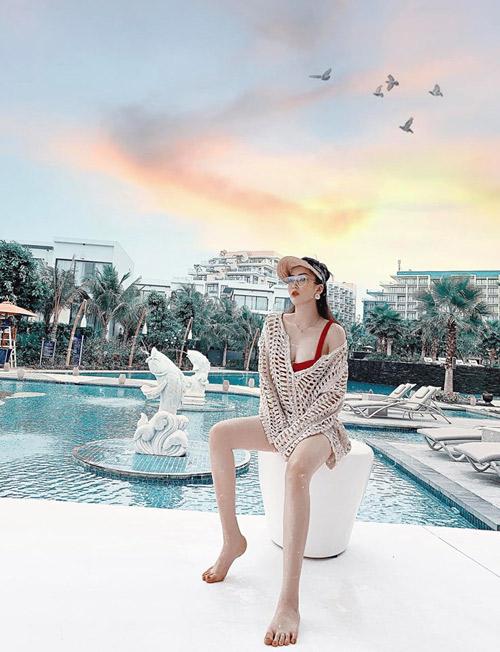 """Khách sạn có hồ bơi dài rộng, kéo đến tận bài biển, đủ thỏa mãn cho những ai thích bơi lội như Hàng My. Ngay cạnh bãi biển có bar của khách sạn, bạn chẳng cần đi xa cũng có thể ngắm hoàng hôn, với wifi """"căng đét""""."""