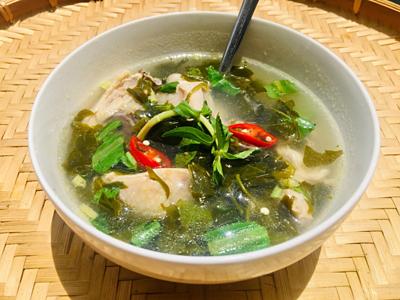 Bước 4: Cho canh ra tô, thêm rau nêm lên mặt. Ăn kèm nước mắm ớt.