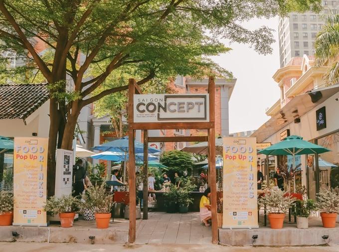 Nằm trong khuôn viên của một khu phức hợp ở quận 2, TP HCM, chợ nhỏ mô phỏng phiên chợ quê tổ chức vào cuối tuần thu hút sự quan tâm của nhiều người.