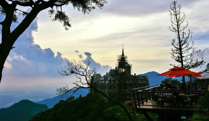 Quán nằm bên sườn núi, là nơi mà bạn có thể chạm vào mây. Đặc biệt, lúc sáng sớm khi sương chưa tan.
