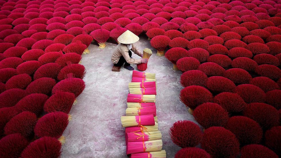 Một công đoạn làm nhang ở xã Quảng Phú Cầu, ngoại ô Hà Nội - Ảnh: AFP/ Getty Images