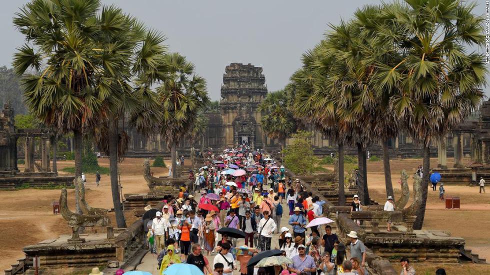 Du khách tham quan đền Angkor Wat ở Cambodia - Ảnh: Getty Images
