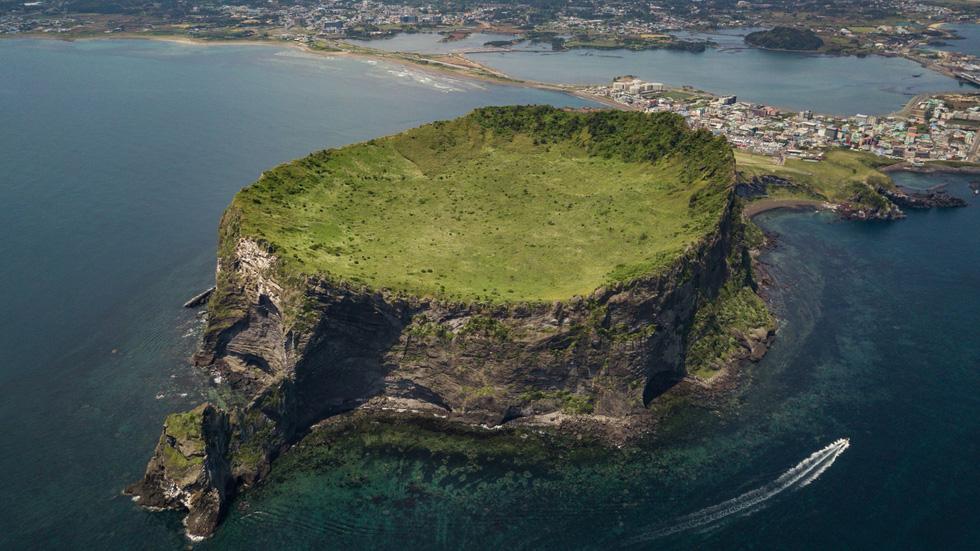 Núi lửa có tên gọi Đỉnh núi Mặt trời cao 182, có tuổi thọ khoảng 5.000 năm trên đảo Jeju, Hàn Quốc - Ảnh: AFP/Getty Images