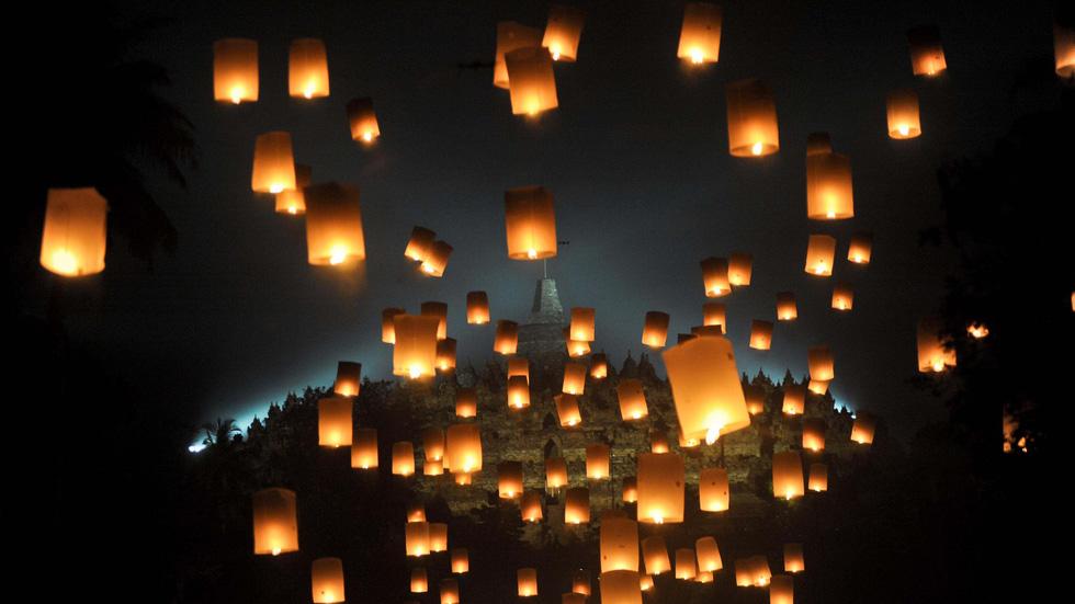 Đèn trời được thả trong Lễ Phật Đản ở Magelang, Indonesia - Ảnh: Getty Images
