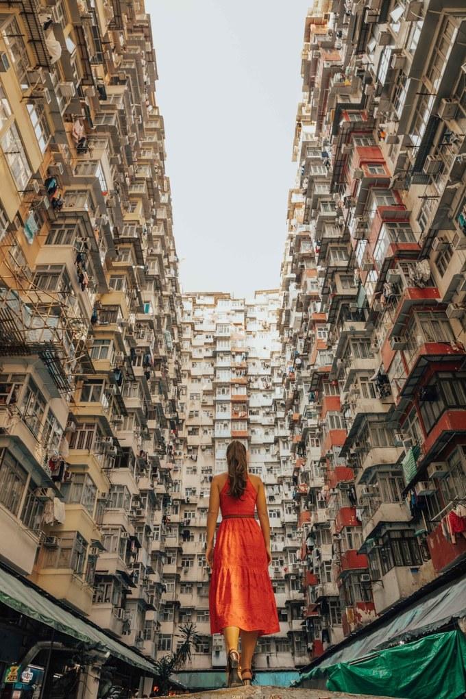 Chung cư Montane Mansion  Kể từ khi xuất hiện liên tiếp trong hai bộ phim bom tấn Hollywood: Transformers 4 - Age of Extinction và Ghost in the Shell (Vỏ bọc ma), khu chung cư Montane Mansion, Yick Fat trở thành địa điểm rất hot trên Instagram. Không khó để bắt gặp những chung cư cao ngất trời ở Hong Kong vì mật độ dân số quá khủng. Nhưng với kiến trúc 3 phía đều là nhà cao ngút trời thì không nơi nào ở Hong Kong lại có góc ảnh độc đáo tới vậy.