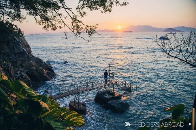Cầu tắm Sai Wan Nằm ở Tây Bắc Kong Kong, cầu tắm Sai Wan là nơi lý tưởng để chụp ảnh cưới, ảnh du lịch. Mặc dù nằm khá xa trung tâm nhưng với cảnh quan độc đáo, lãng mạn, khu vực này vẫn thu hút du khách và nổi tiếng trên Instagram. Ngoài chụp ảnh, cầu tắm vốn được sử dụng cho những người muốn hòa mình vào dòng nước biển mát lành ở Sai Wan.