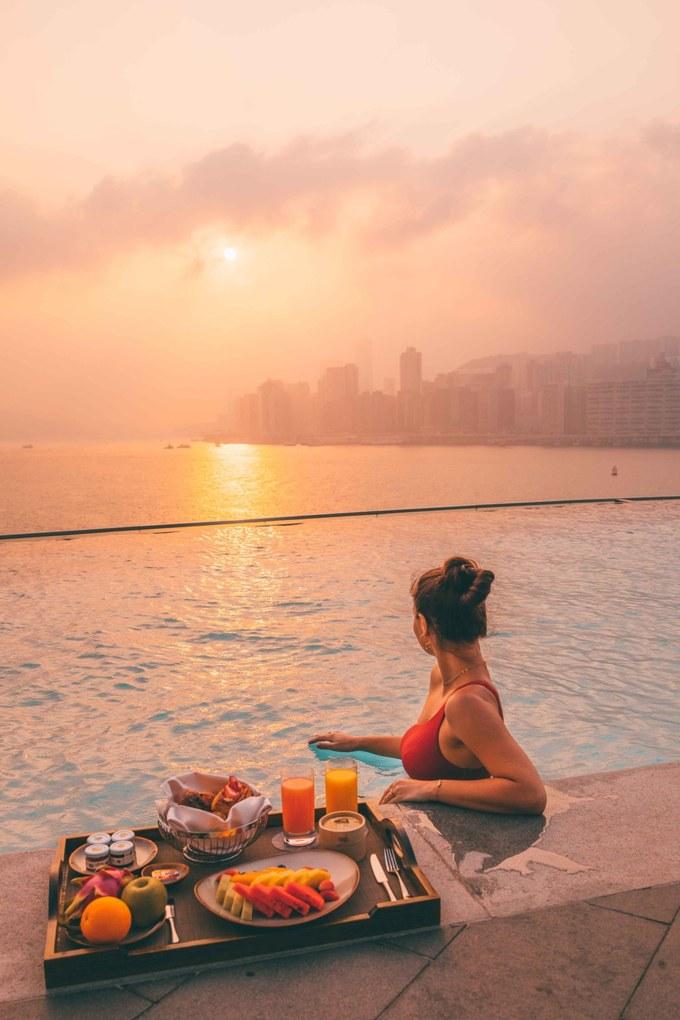 Kerry Hotel Nằm trong vịnh Hung Hom, khách sạn Kerry không phải là một khách sạn đơn thuần mà là một khu resort đô thị đẳng cấp thế giới. Mới mở cách đây một năm, khách sạn là một trong những nơi có view đẹp nhất đặc khu này. Đặc biệt, khách sạn có một bể bơi vô cực, hướng về phía vịnh Victoria.