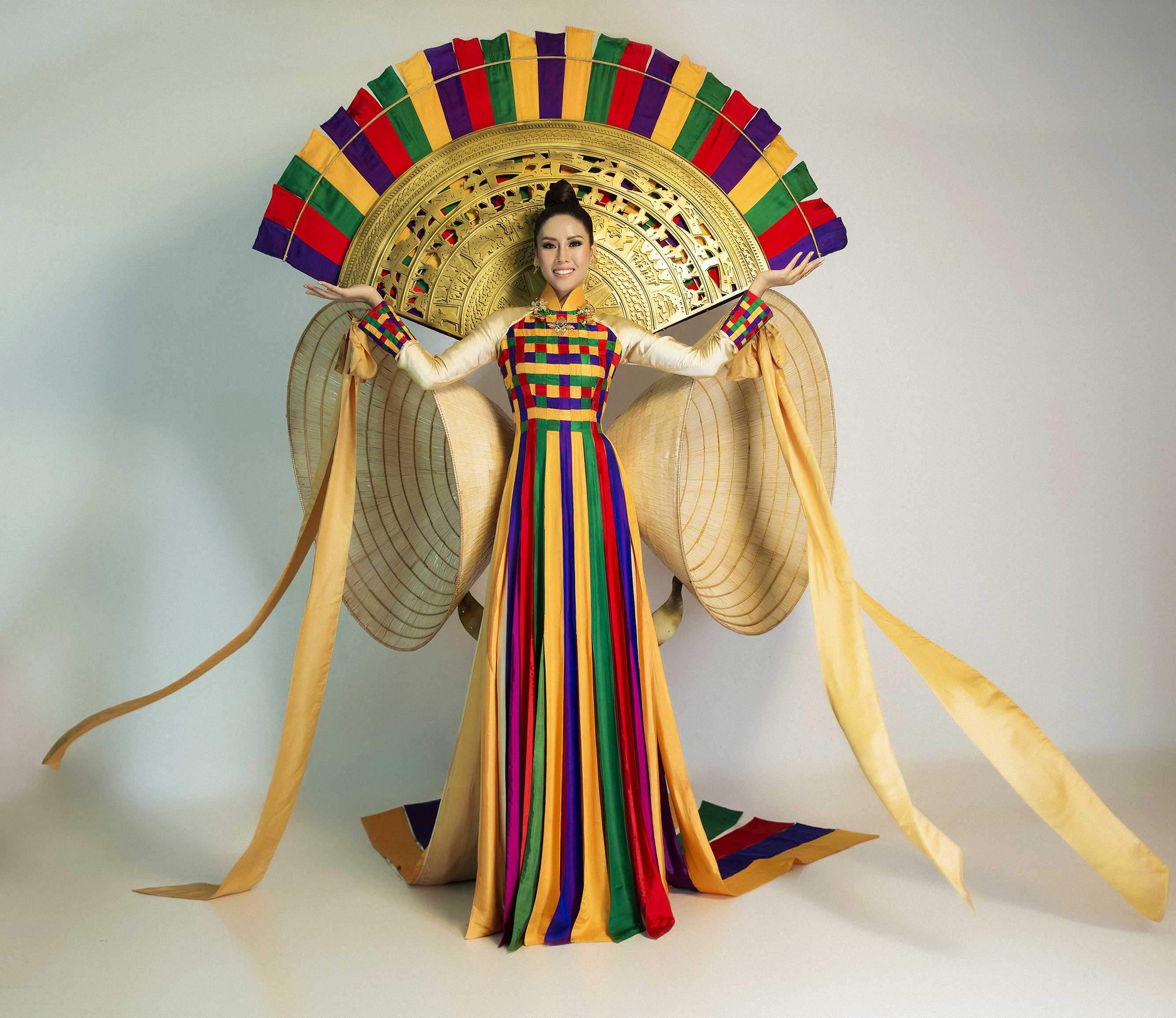Nguyen Thi Loan_national costume Miss Universe 2017