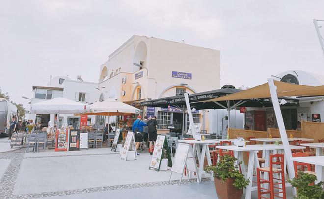 1.'Sống ảo' ở Santorini chỉ hai màu trắng xanh1