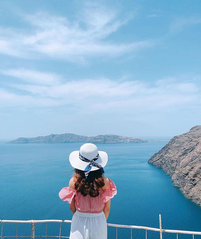 1.'Sống ảo' ở Santorini chỉ hai màu trắng xanh2