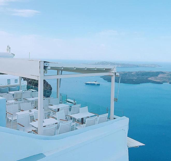 1.'Sống ảo' ở Santorini chỉ hai màu trắng xanh3