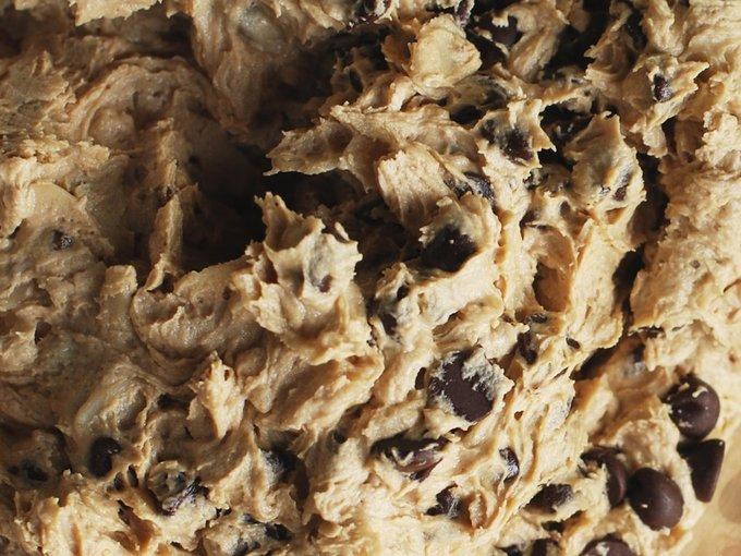 Công đoạn mệt nhất khi nướng các loại bánh cookie, muffin, bánh quy... chính là nhào bột. Vì thế, mỗi khi làm bánh bạn nên nhào nhiều bột một chút, để dành cho lần sau vì các loại bột bánh này có thể bảo quản tốt trong ngăn đá tủ lạnh. Đối với bánh quy đường thì bạn chỉ việc bọc bột bánh trong bịch nylon là ổn. Còn với các loại bánh cookie, bạn có thể nặn thành từng viên tròn, đặt trong hộp nhựa cho tiện.