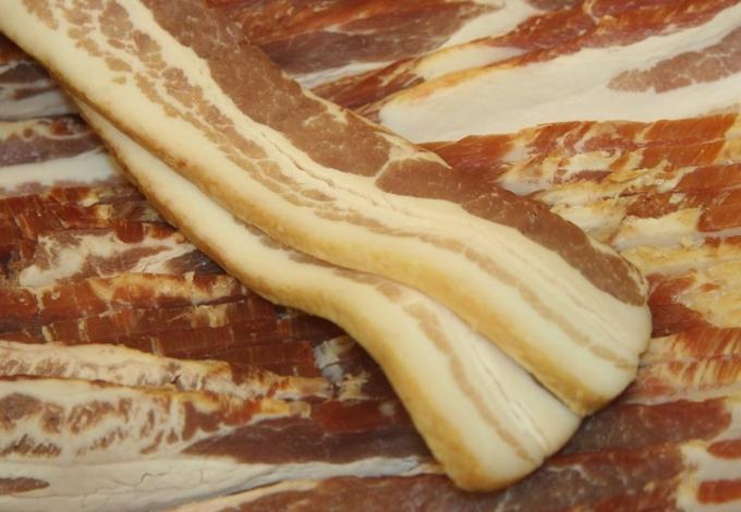 Không nên giữ các loại thịt quá lâu trong tủ lạnh trừ thịt xông khói. Bạn có thể để bao lâu tùy thích, chỉ cần bọc kín bằng bao zip hoặc hộp nhựa rồi cho vào ngăn đá.