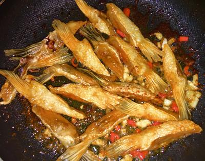Bước 4: Sốt phủ hết cá thì cho cá ra đĩa, ăn kèm tương ớt.