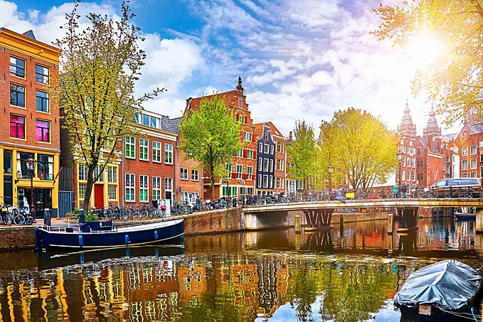 Dòng kênh hiền hòa, lãng mạn ở thành phố Amsterdam.