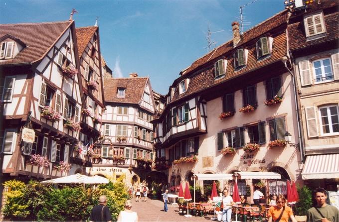 Vùng Alsace ở miền đông bắc nước Pháp nổi tiếng với các thị trấn đẹp như tranh vẽ có nghề sản xuất rượu vang lâu đời. Trong đó, thị trấn Colmar hút du khách nhờ những ngôi nhà thiết kế độc đáo.