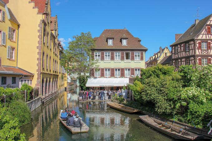 Colmar còn được ví như Little Venice (Venice thu nhỏ) của Pháp. Du khách đến đây thường ngồi thuyền gỗ xuyên qua những cây cầu đá bắt qua sông, ngắm dãy nhà dọc bờ sông Lauch thơ mộng.