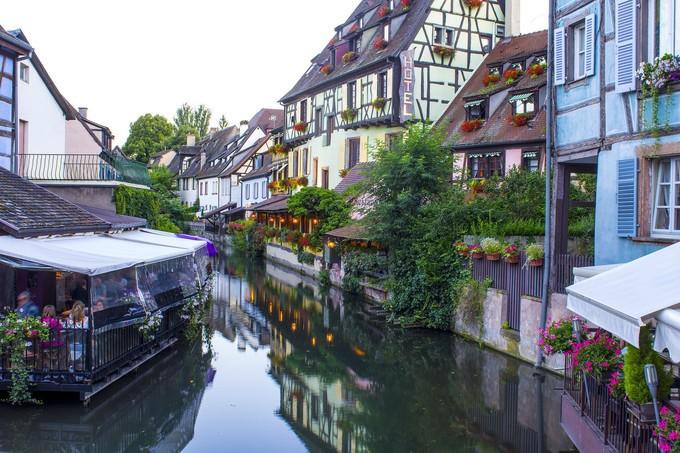 Vì nằm ngay biên giới Pháp - Đức nên nhà cửa ở Colmar chịu ảnh hưởng khá mạnh bởi phong cách kiến trúc Đức. Những căn nhà gỗ mái ngói nâu đỏ cổ kính vẫn được bảo toàn nguyên vẹn sau hàng trăm năm. Nét đặc trưng nằm ở tường nhà điểm bằng những thanh gỗ nâu, ban công trồng hoa lãng mạn.