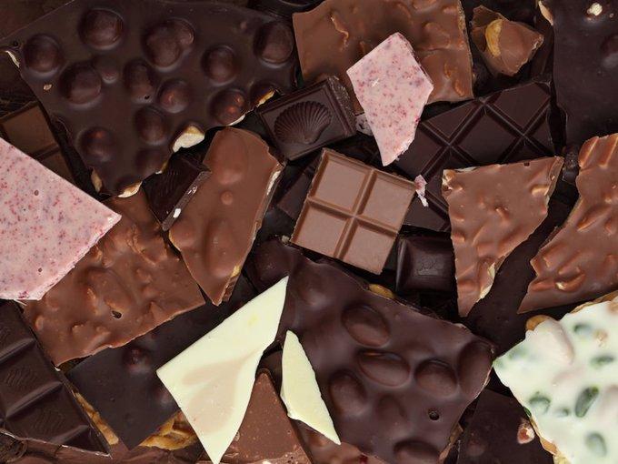 Từ những năm 1920, chocolate đã bị nghi là một trong những nguyên nhân gây mụn trứng cá do chứa nhiều đường và chất béo, làm tăng hoạt động của tuyến nhờn. Một nghiên cứu gần đây cho thấy đàn ông tiêu thụ 25g chocolate đen mỗi ngày thì mụn sẽ tăng nhiều hơn chỉ sau 2 tuần.