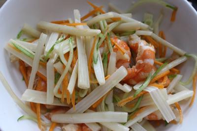 Bước 3: Pha nước chấm: 3 thìa canh nước mắm, 4 thìa canh dấm, 3 thìa đường vào bát, khuấy đều, nêm nếm vừa khẩu vị.  Bước 4: Cho phần ngó sen, cà rốt, dưa chuột vào một chiếc tô to. Cho thêm nước mắm chua ngọt đã chuẩn bị ở trên vào trộn đều, để khoảng 5 phút cho các loại rau củ ngấm rồi cho tôm, rau thơm vào trộn đều là được. Cho nộm ra đĩa rắc lại lên và thưởng thức.
