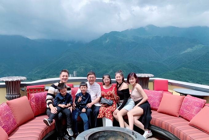 Mùa hè là thời điểm các gia đình rục rịch cho những chuyến du lịch khi các con được nghỉ hè. Nhà Thủy Anh - Đăng Khôi cũng vừa trở về từ kỳ nghỉ 3 ngày 2 đêm đầy lý thú ở Sapa. Lần này, ngoài 4 thành viên, nam ca sĩ mời thêm bố mẹ và em gái bà xã Thủy Anh cùng đồng hành.