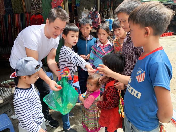 Hai vợ chồng hướng dẫn các con tặng bánh kẹo, chơi đùa, hòa đồng với các em nhỏ đồng bào dân tộc. Đăng Khôi muốn giáo dục các con về cuộc sống khó khăn ở vùng cao để trân trọng cuộc sống mình đang có và biết chia sẻ nhiều hơn với những người xung quanh.