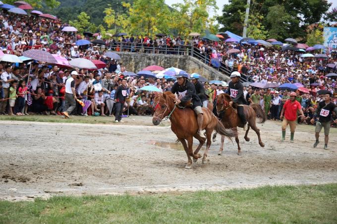 """Giải đua """"Vó ngựa trên mây"""" sẽ diễn ra trong khung giờ 8h - 10h30, ngày 21 - 23/6, trên khuôn viên lối vào ga đi cáp treo Fansipan, với tổng chiều dài đường đua là 1.400m. Đây hứa hẹn sẽ là một giải đua hấp dẫn, góp phần gia tăng trải nghiệm cho du khách đến Sun World Fansipan Legend dịp cuối tuần."""