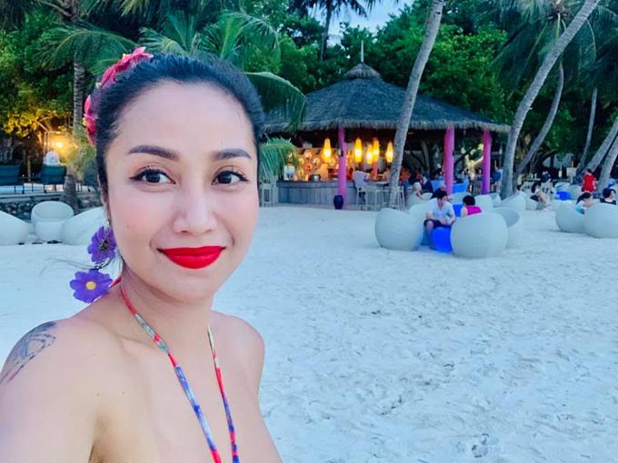 """Ốc Thanh Vân được mệnh danh là """"bà mẹ sành du lịch"""" nhất nhì showbiz Việt. Vừa trở đi từ chuyến đi này chưa đăng hết ảnh, bà mẹ 3 con lại tiếp tục lên đường. Lần gần đây nhất, hai vợ chồng dành thời gian để đi du lịch riêng mà không đem theo các con, để tận hưởng những khoảnh khắc lãng mạn trọn vẹn bên nhau ở thiên đường biển xanh Maldives."""