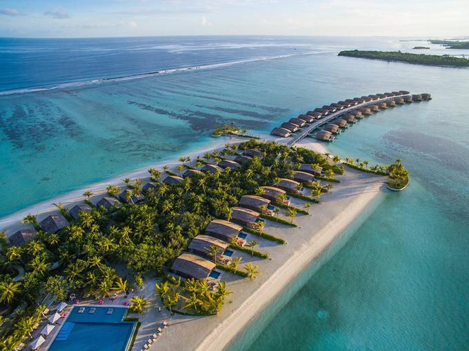 Maldives không còn là điểm đến xa lạ với du khách Việt nói chung và giới nghệ sĩ nói chung. Đảo quốc này tách biệt gần như hoàn toàn với thế giới xung quanh. Tới đây, du khách thường chỉ có thể di chuyển bằng máy bay đến thủ đô Male, sau đó tùy theo sở thích và nhu cầu, chọn cho mình một resort ưng ý và tận hưởng. Vợ chồng Ốc Thanh Vân lựa chọn resort Club Med Kani Maldives - một hệ thống khu nghỉ dưỡng toàn cầu khá nổi tiếng. Tại Maldives, chuỗi này có khu Kani và Finolhu, nằm trên 2 hòn đảo cách nhau 5 phút đi tàu. Hai hòn đảo này có tàu chạy qua theo khung giờ cách nhau khoảng 2 tiếng, chuyến cuối lúc 12h30.