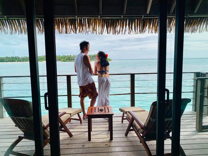 Đặc biệt, tầm 16h30, các nhân viên sẽ dọn bàn ra biển, sắp xếp trang hoàng với bàn trắng, khăn voan lãng mạn khiến hai vợ chồng tưởng có đám cưới nhưng chỉ là set up cho bữa ăn hàng ngày mà thôi.