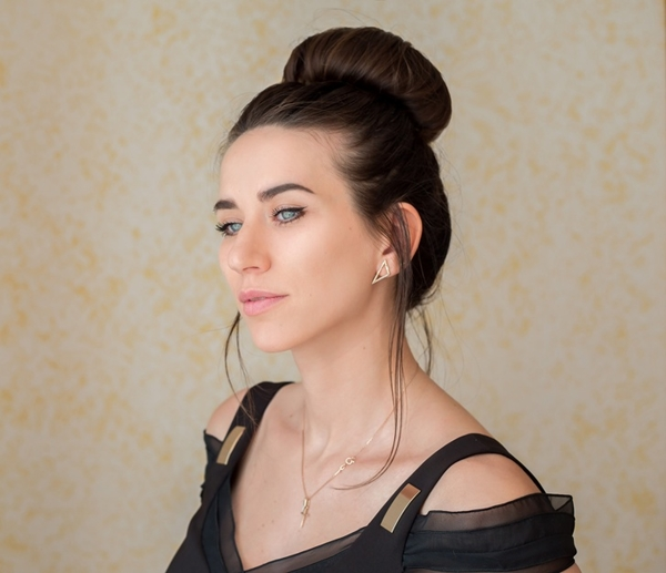 Ngày thứ sáu Toàn bộ mái tóc đã trở nên bết dính và dễ rối. Polina quyết định búi tròn toàn bộ tóc trên đỉnh đầu. Cô sử dụng thêm dụng cụ độn để tăng độ phồng cho búi tóc.