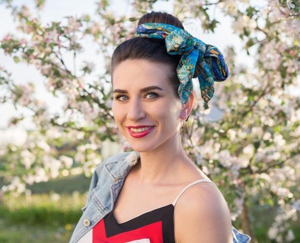 Ngày thứ bảy Búi tóc không còn che giấu được sự bết dầu nên Polina phải sử dụng thêm khăn lụa để 'đánh lạc hướng'.