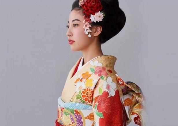 Chân dung người con gái Nhật đang khoác trên mình bộ trang phục truyền thống kimono