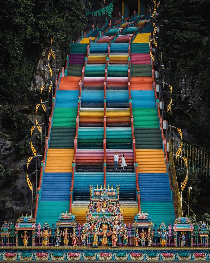 Du khách phải leo 272 bậc thang để lên đến ngôi đền thờ Ấn Độ giáo ở độ cao tầm 100m. Các bậc thang được sơn nhiều màu, nhìn từ xa như một bảng màu vẽ đẹp mắt.
