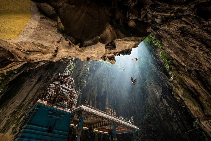 Hệ thống động Batu gồm 3 hang lớn và nhiều hang nhỏ nằm rải rác trên núi đá vôi. Lòng hang rộng rãi, thoáng, có thể chứa hàng nghìn người hành hương cùng một lúc.