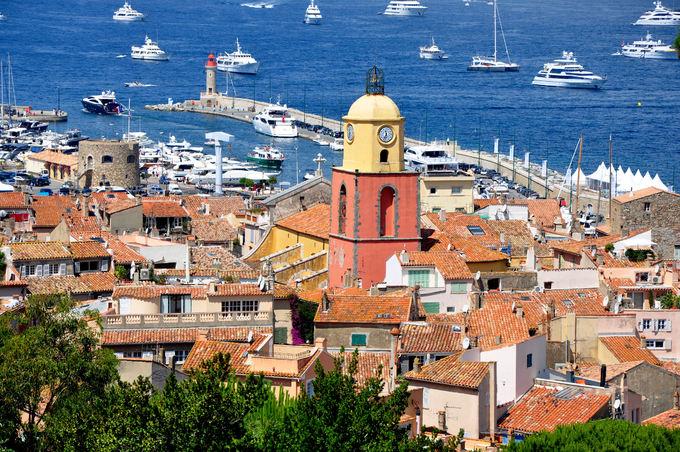 Saint Tropez ở miền Đông Nam nước Pháp từng là một làng chài nhỏ kiêm khu quân sự cho đến đầu thế kỷ 20. Sau chiến tranh, nó trở thành một trong những điểm nghỉ mát được nhiều ngôi sao hàng đầu thế giới ưa chuộng. Đến đây, bạn bắt gặp hàng trăm chiếc thuyền buồm và du thuyền sang trọng neo bên bến cảng.