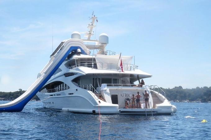 Cuối tuần trước, Cristiano Ronaldo cùng bạn gái Georgina Rodríguez và các con đã tận hưởng kỳ nghỉ trên du thuyền cá nhân tại Saint Tropez. Chiếc du thuyền gồm 3 tầng, có cả một cầu trượt từ tầng cao nhất xuống biển.