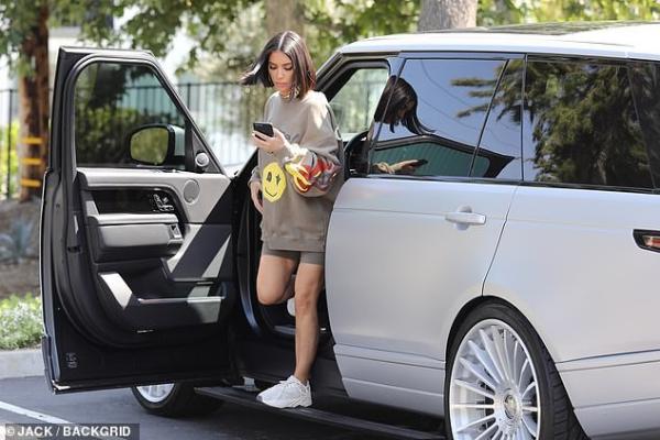 Phóng viên ảnh bắt gặp Kim tới thăm trụ sở sản xuất dòng sản phẩm mới thuộc thương hiệu của em gái Kylie Jenner.
