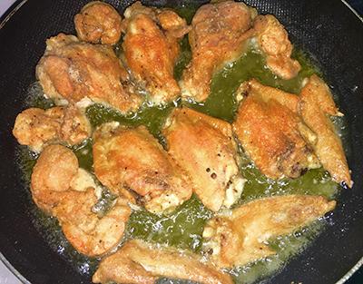 Bước 2 : Cho gà vào chiên vàng giòn, vớt ra để ráo.