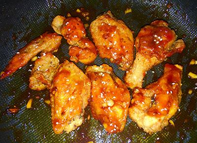 Bước 4: Cho gà ra đĩa thêm mè lên trên. Ăn kèm cơm trắng và các loại kim chi