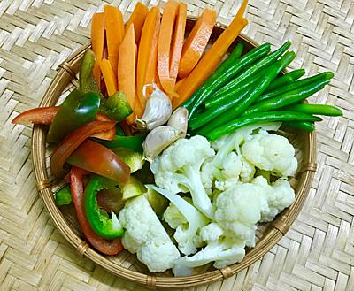 Bước 1: Sơ chế các loại rau củ, rửa sạch qua nước muối. Chần sơ tất cả qua nước sôi pha muối, trừ ớt chuông.