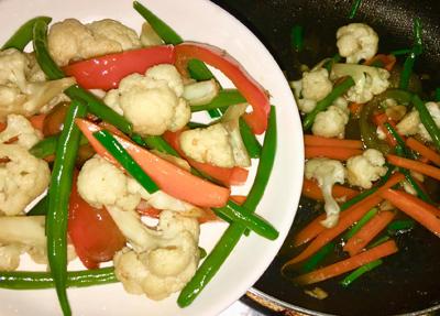 Bước 2: Phi thơm tỏi cho rau củ vào, cho dầu hào vào đảo nhanh trên lửa lớn, rau vừa chín tới thì tắt bếp, để lâu rau mềm không ngon.
