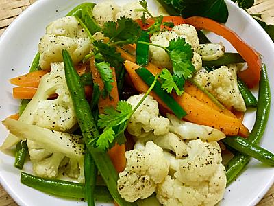 Bước 3: Cho ra đĩa, thêm tiêu lên mặt, ăn kèm nước tương và cơm trắng.