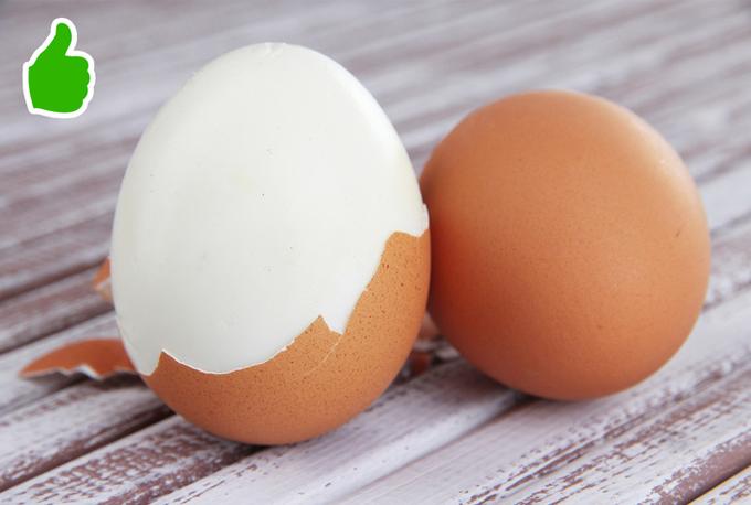 Để bóc trứng nhanh mà không bị bỏng tay, bạn đập nhẹ cho vỏ trứng hơi nứt một góc, sau đó cho vào nước lạnh cho nguội, sau đó bóc trứng khá dễ dàng mà lòng trắng không bị dính vào vỏ.